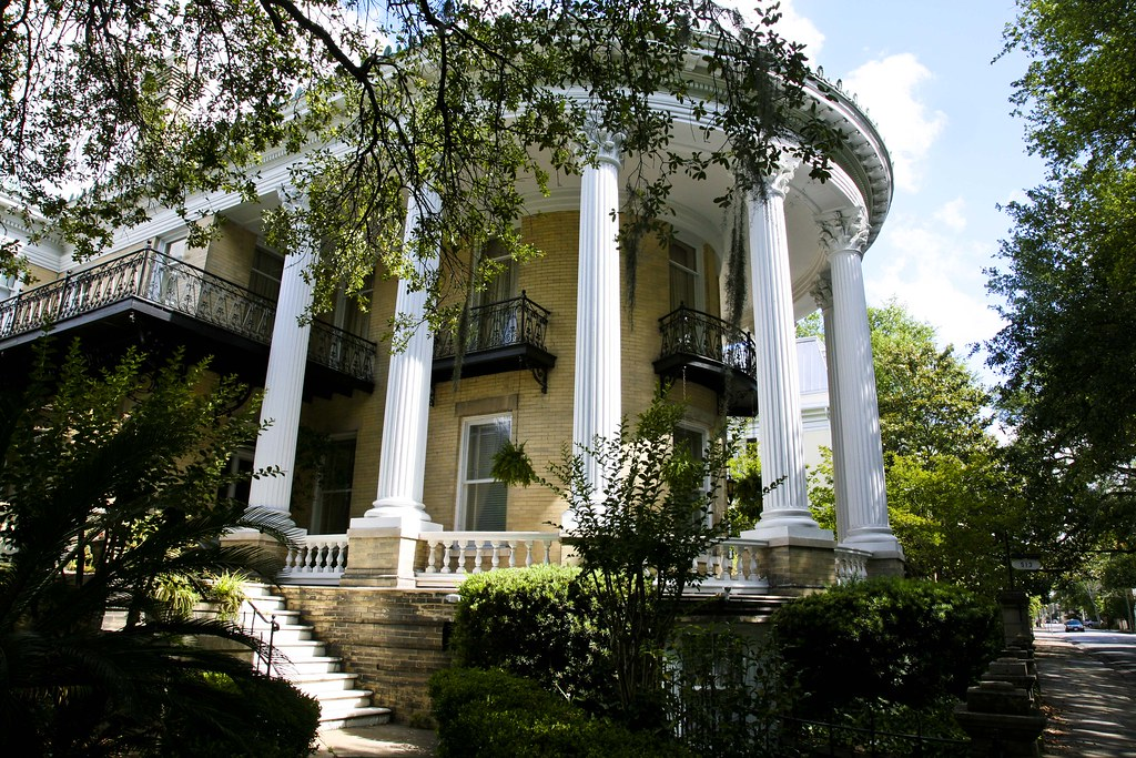Southern mansion a beautiful southern mansion of the old for Home builders in south mississippi