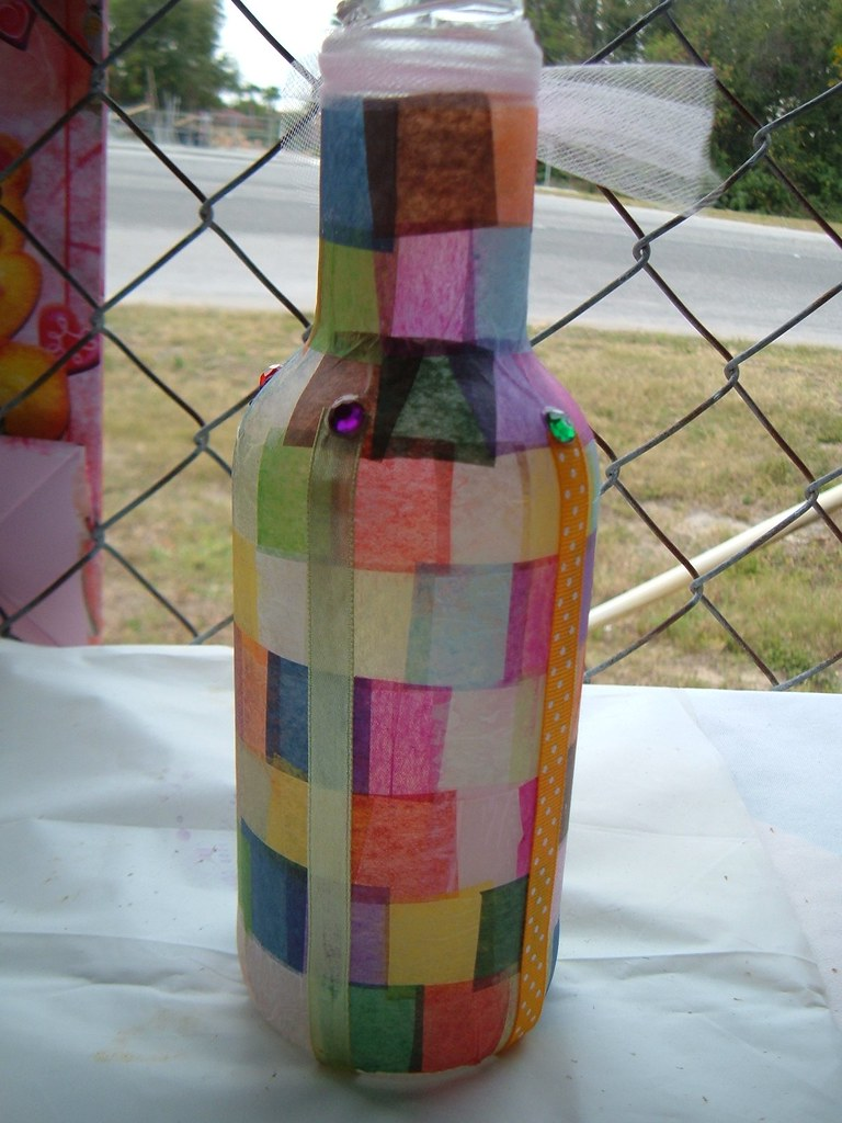 Decorated bottle mosaic an arizona bottle that i for Ideas para reciclar botellas de vidrio