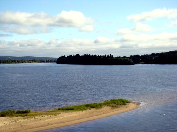 Isla de Kotisaari, desde la orilla de Rovaniemi
