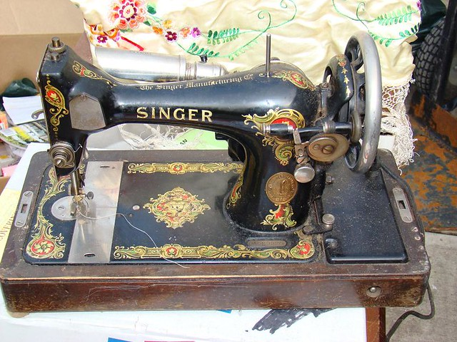 how to clean singer sewing machine