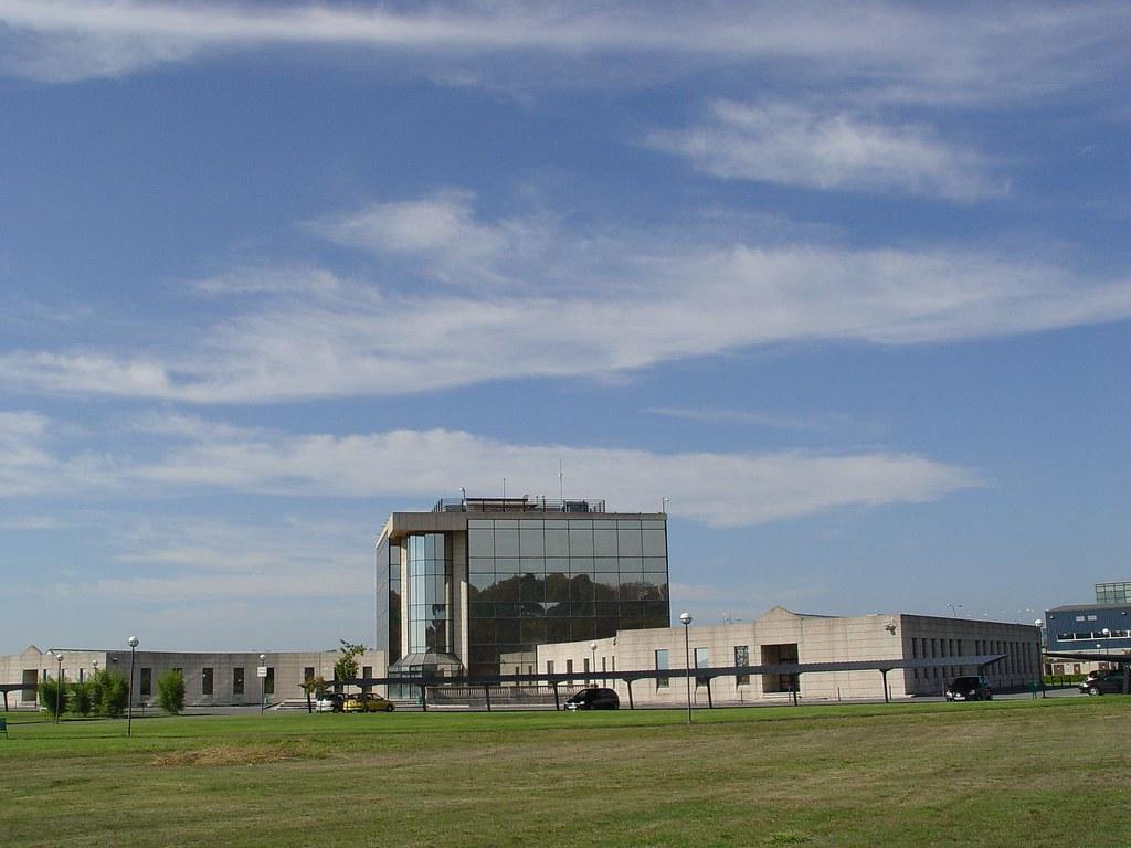 Edificio cei de tecn pole entrada trasera vista for Viveros ourense