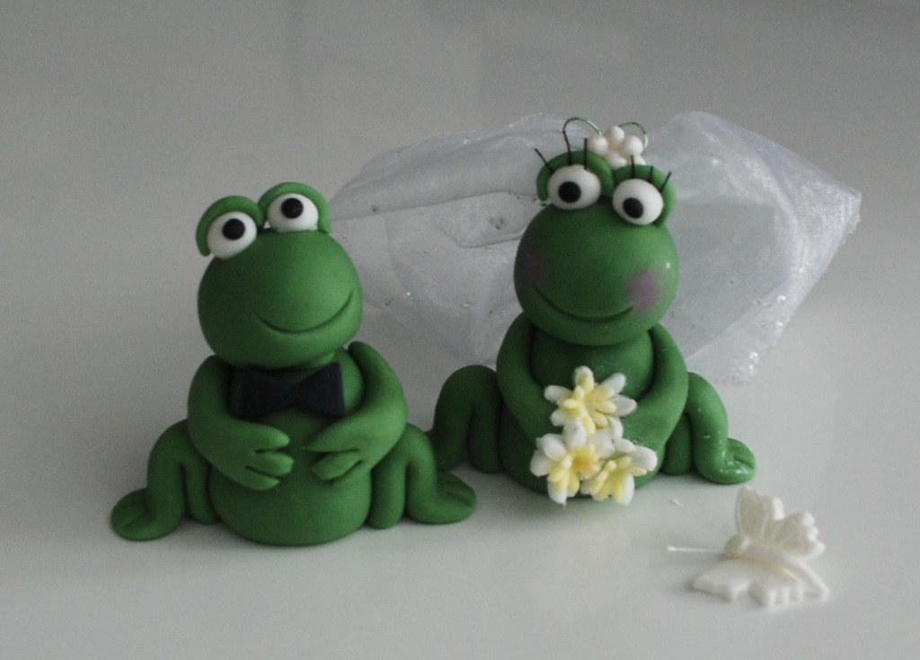 edible wedding bride and groom frog cake topper can be