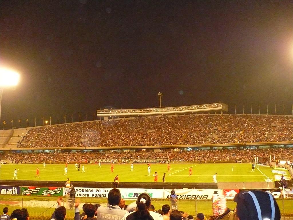 Estadio CU de noche  Pumas contra Toluca en los cuartos ...