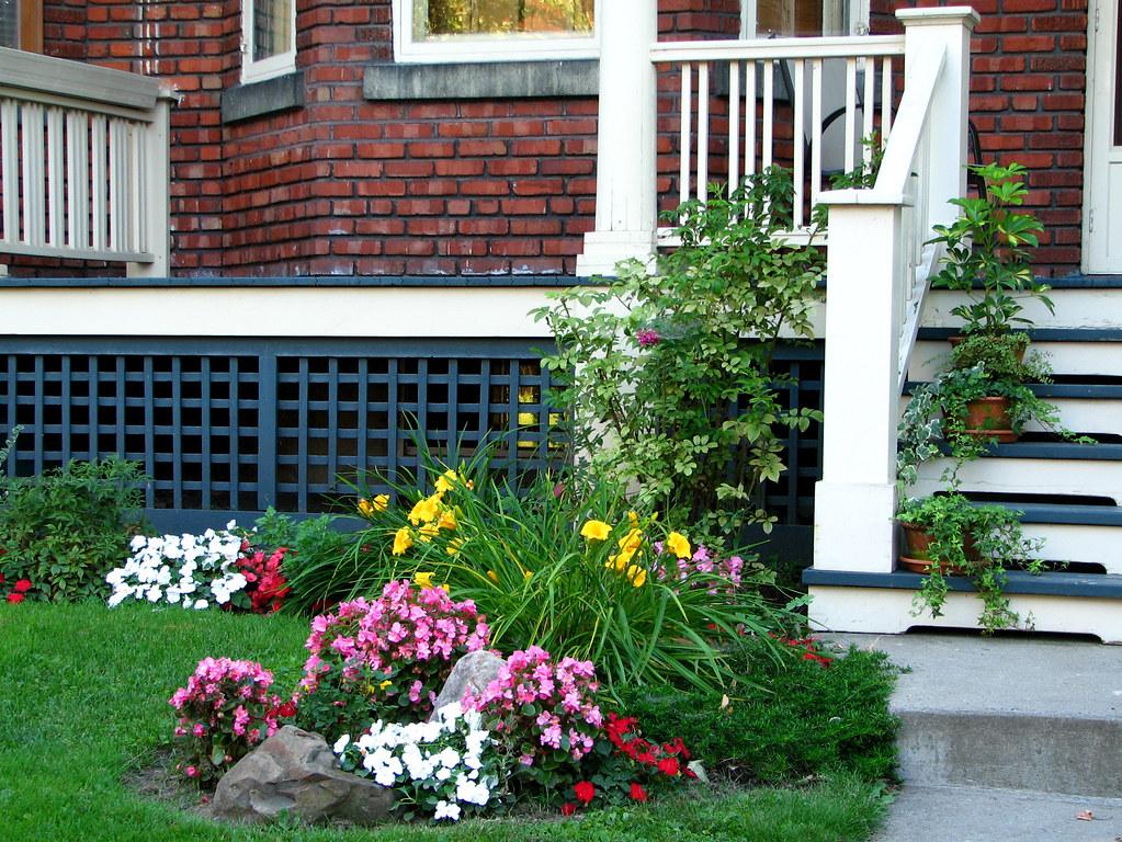 une vieille maison avec un petit jardin au pied de l 39 escal flickr. Black Bedroom Furniture Sets. Home Design Ideas
