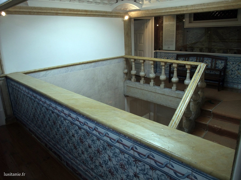 Escaliers du musée. On notera le panneau d'informations au fond.