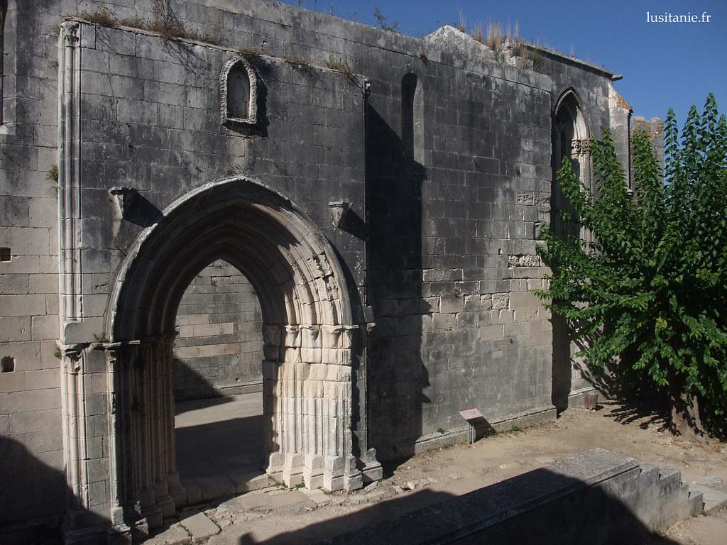 Entrée monumentale de l'église en ruine du château
