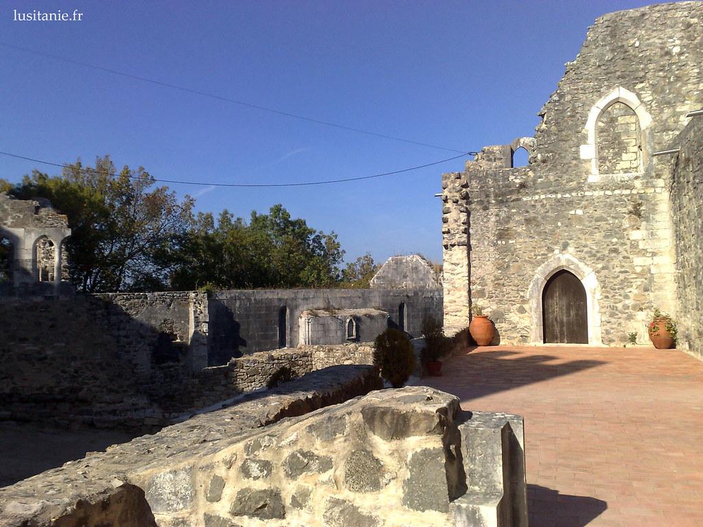 Des vestiges des ruines demeurent encore bien visibles dans certains travaux de restauration