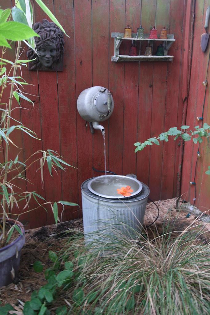 Recycled teapot and trash can garden fountain we visited a flickr - Fontane fai da te per giardino ...