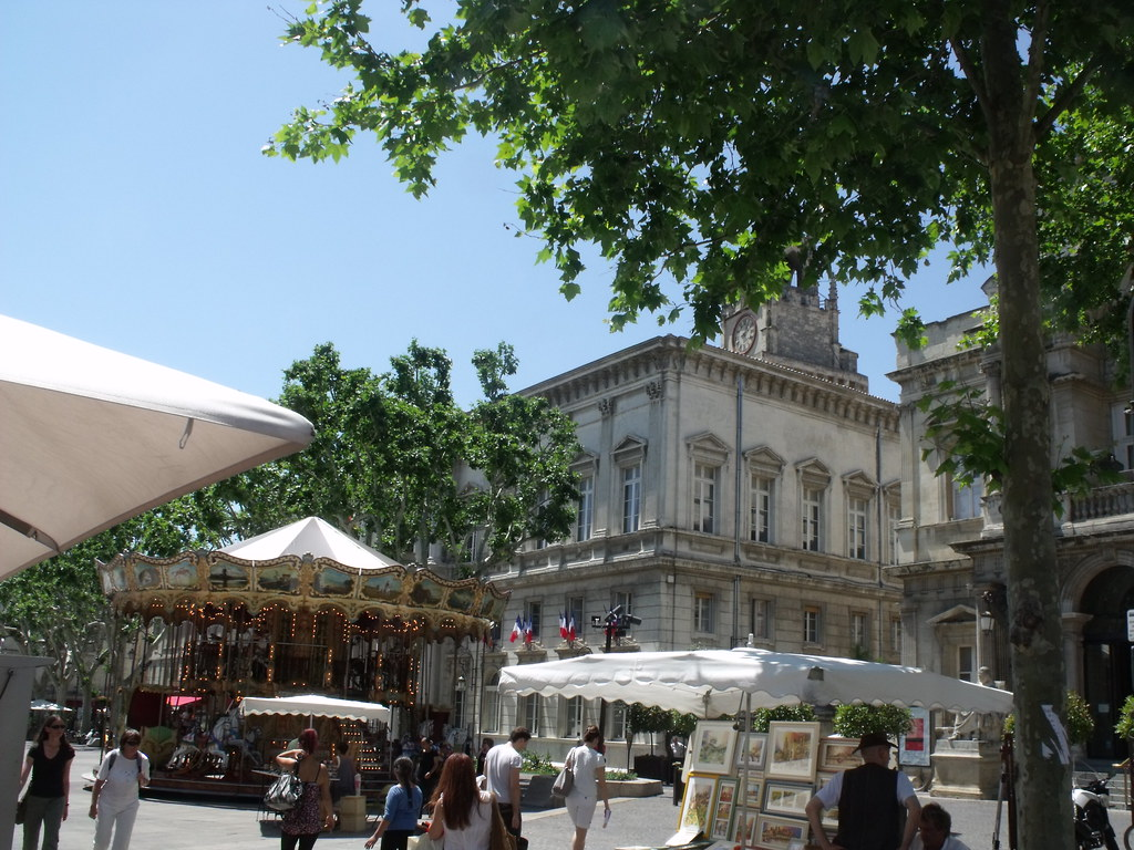 Avignon place de l 39 horloge merry go round and hotel de for Hotel avignon piscine