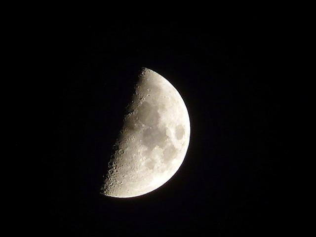 Luna Cuarto Creciente (First Quarter Moon) | Está recortada … | Flickr