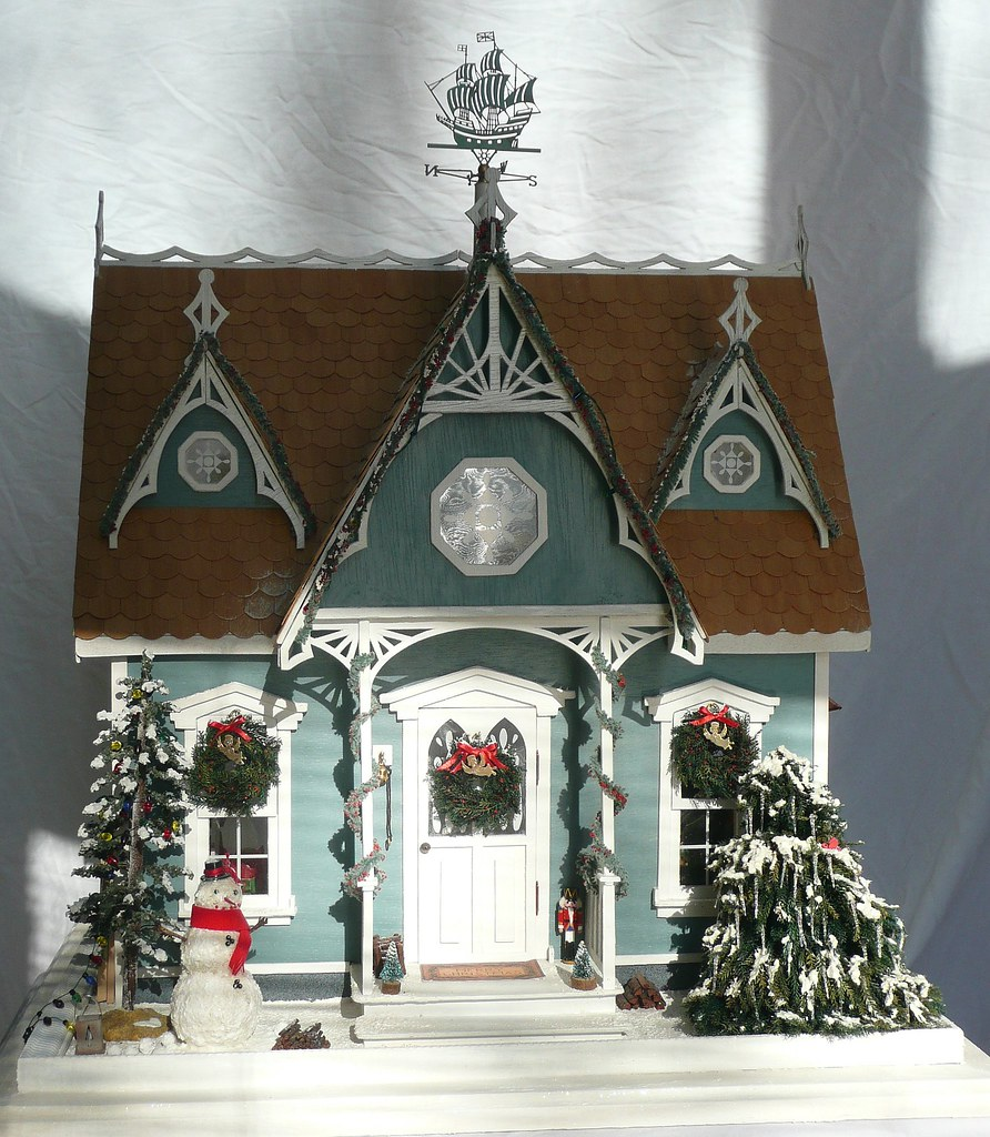 Dollhouse Photography Calendar : Front in sun full of the house with some
