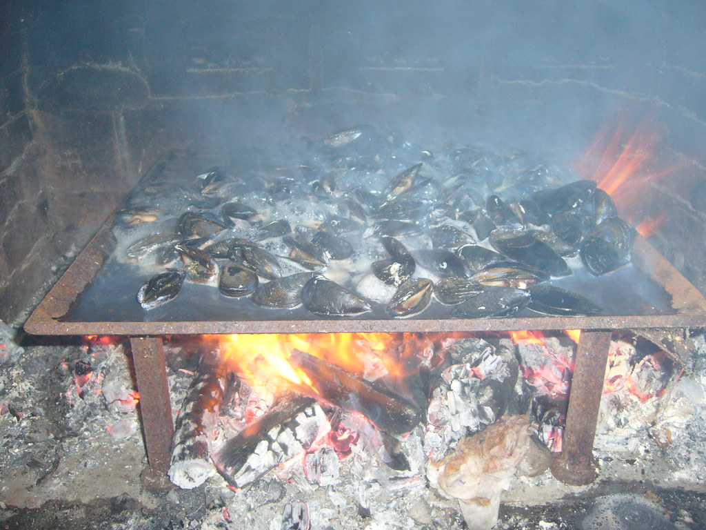 la cuisson des moules au feu de bois r mi reumousal flickr. Black Bedroom Furniture Sets. Home Design Ideas