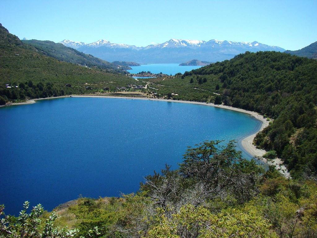 Lago negro 1 al fondo se ve el lago general carrera el for Piletas de agua salada en zona sur