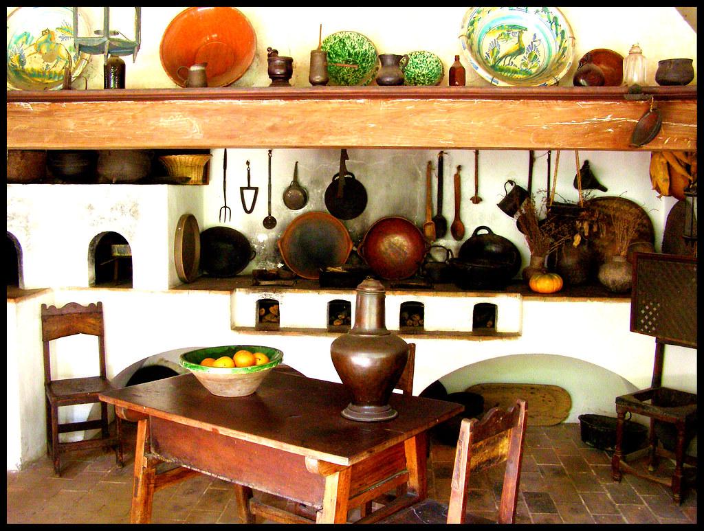Cocina colonial la cocina atendida por sirvientes y for Decoracion de jardines con jarrones de barro