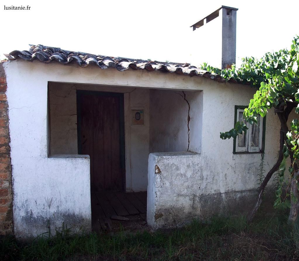 Entrée abritée de la maison. Sur la droite, les vignes.