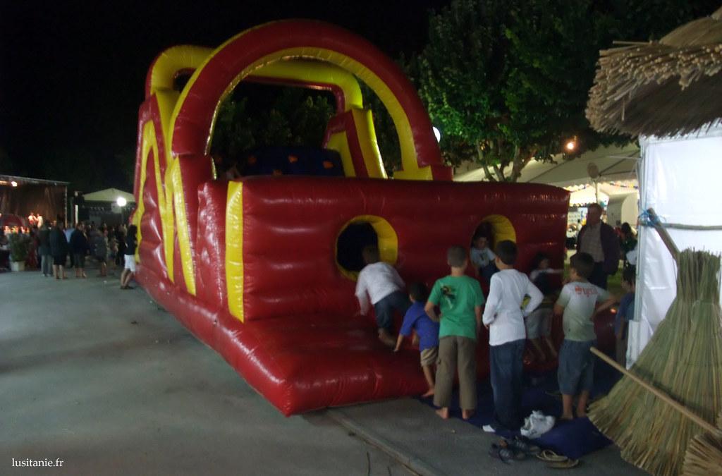 Les enfants samusaient comme des petits fous avec les grandes installations gonflables prévues pour eux