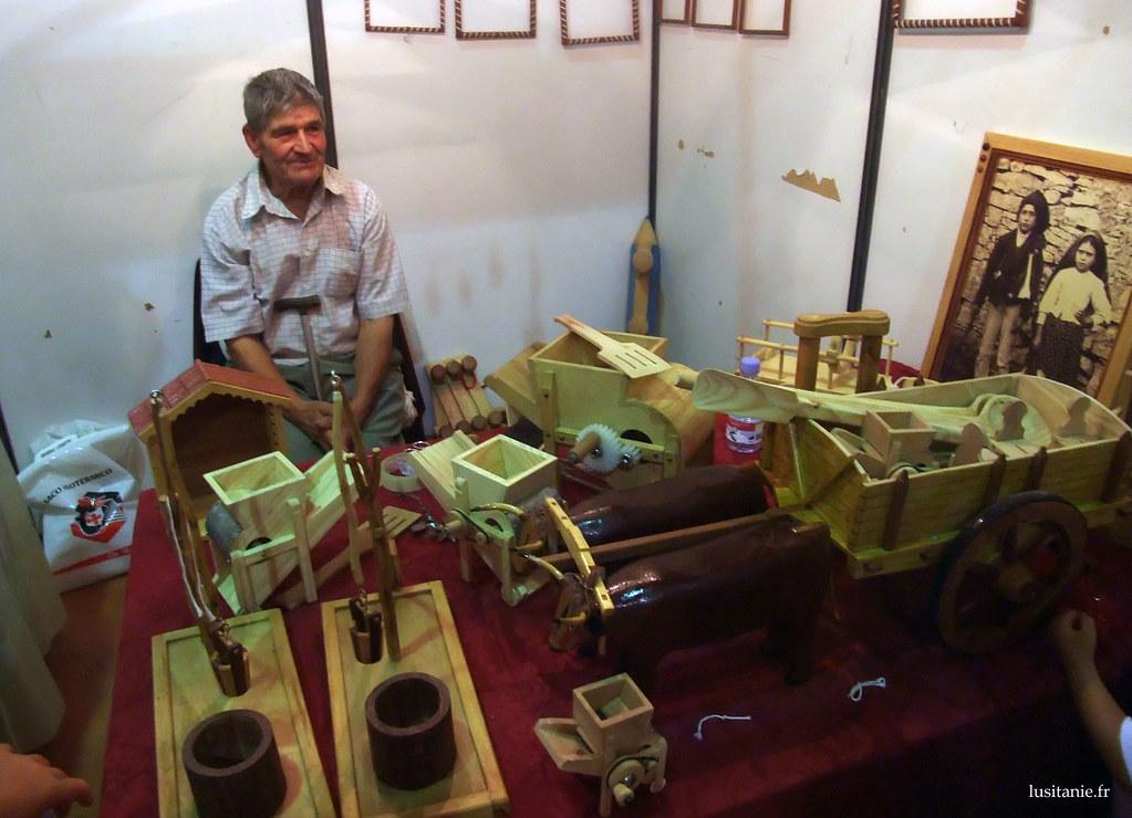 Ce vieux monsieur, qui est précisément du même village que mes parents, est très habile : il fait des outils de la campagne en miniature qui fonctionnent, j'adore.