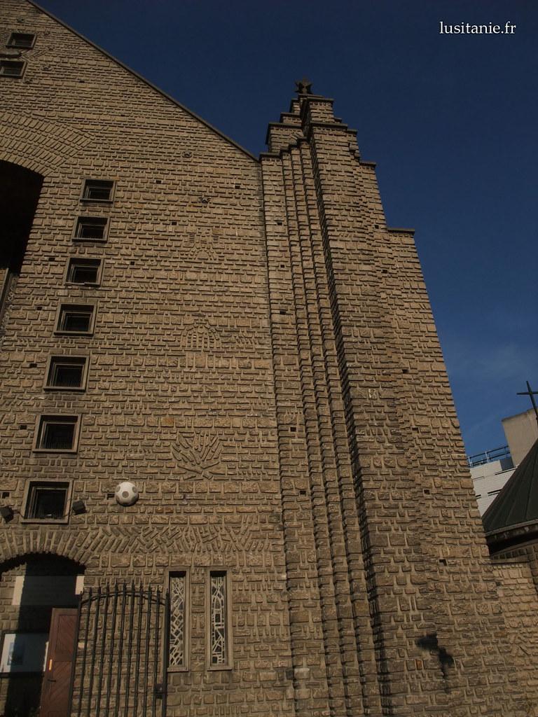 La façade possède plusieurs motifs. L'espèce de balle de foot est en fait un haut-parleur.