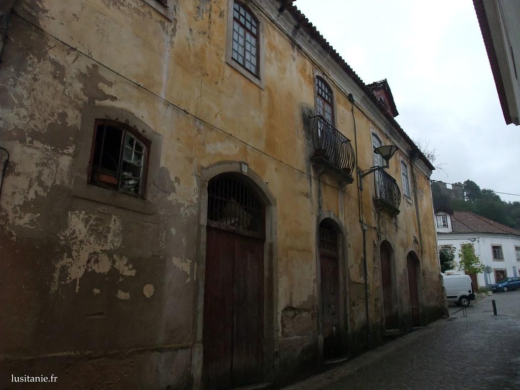 La maison du marquis, où il mourru. Au fond, le château de Pombal.
