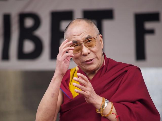 who s he looking at der dalai lama zu gast in berlin. Black Bedroom Furniture Sets. Home Design Ideas