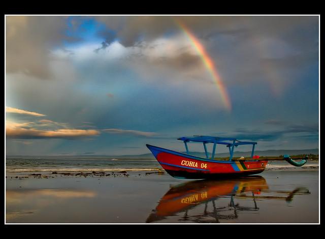 Foto Pelangi yang muncul setelah hujan di Pantai Pangandaran.