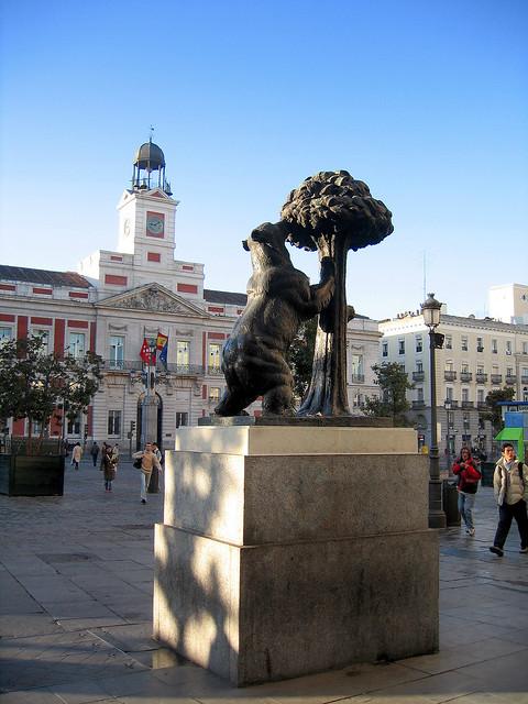 Madrid puerta del sol square bear and arbutus spain for Plaza puerta del sol madrid spain