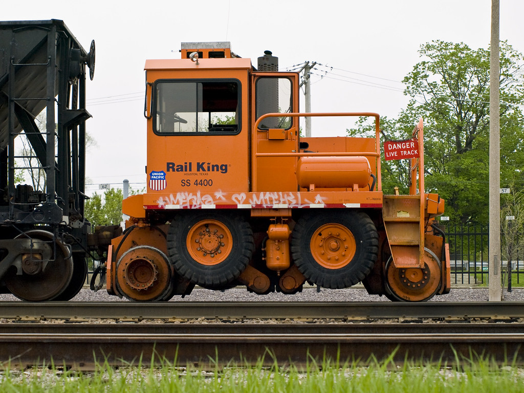 4 New Tires >> Rail King mobile railcar mover 1 | A side view of a Union