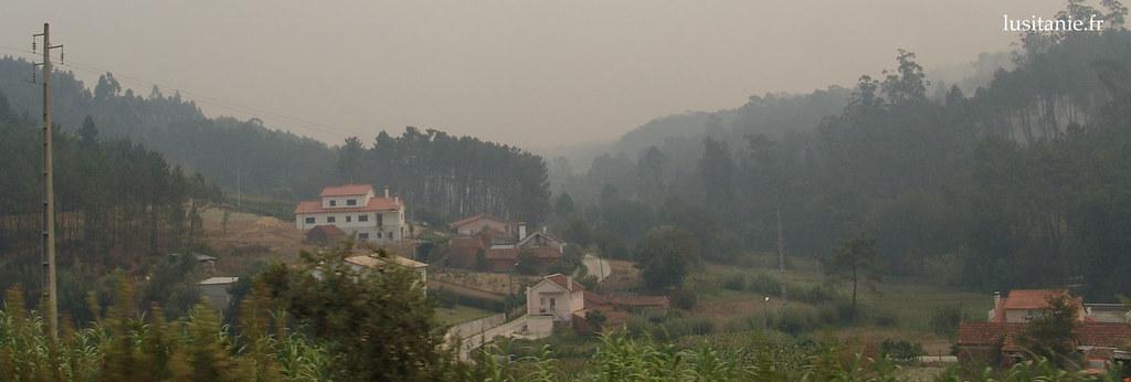 Village sous la fumée des incendies