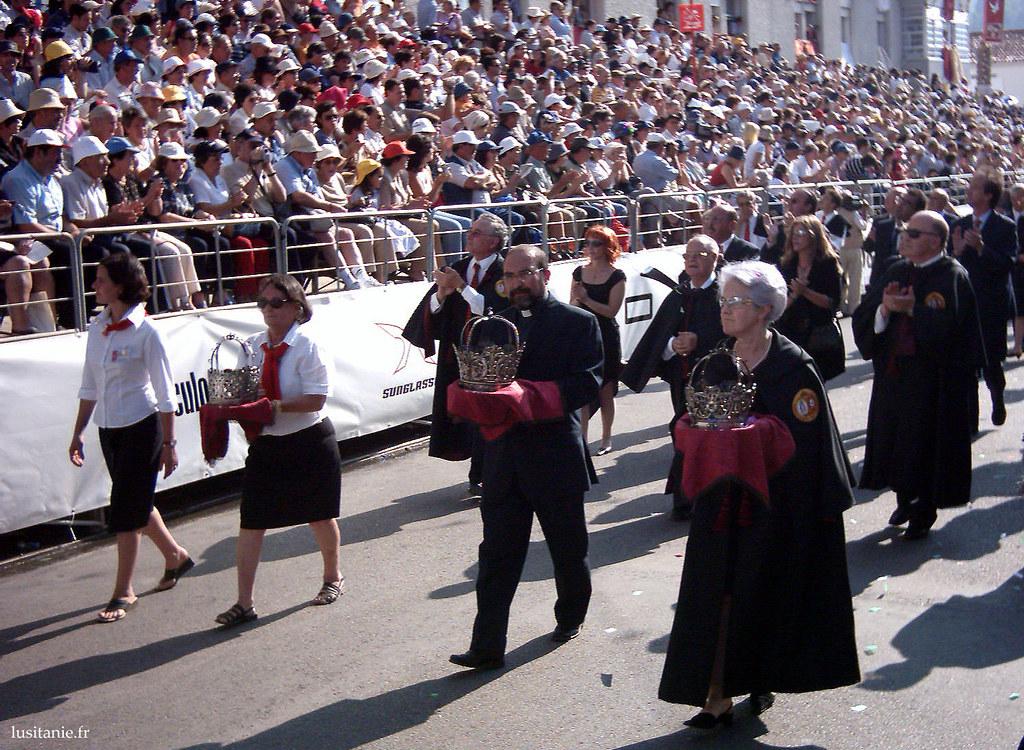 Les notables de la ville défilent.