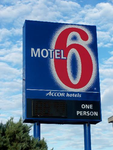 Motel 6 Sign And Logo Motel 6 Got Its Name From The Fact
