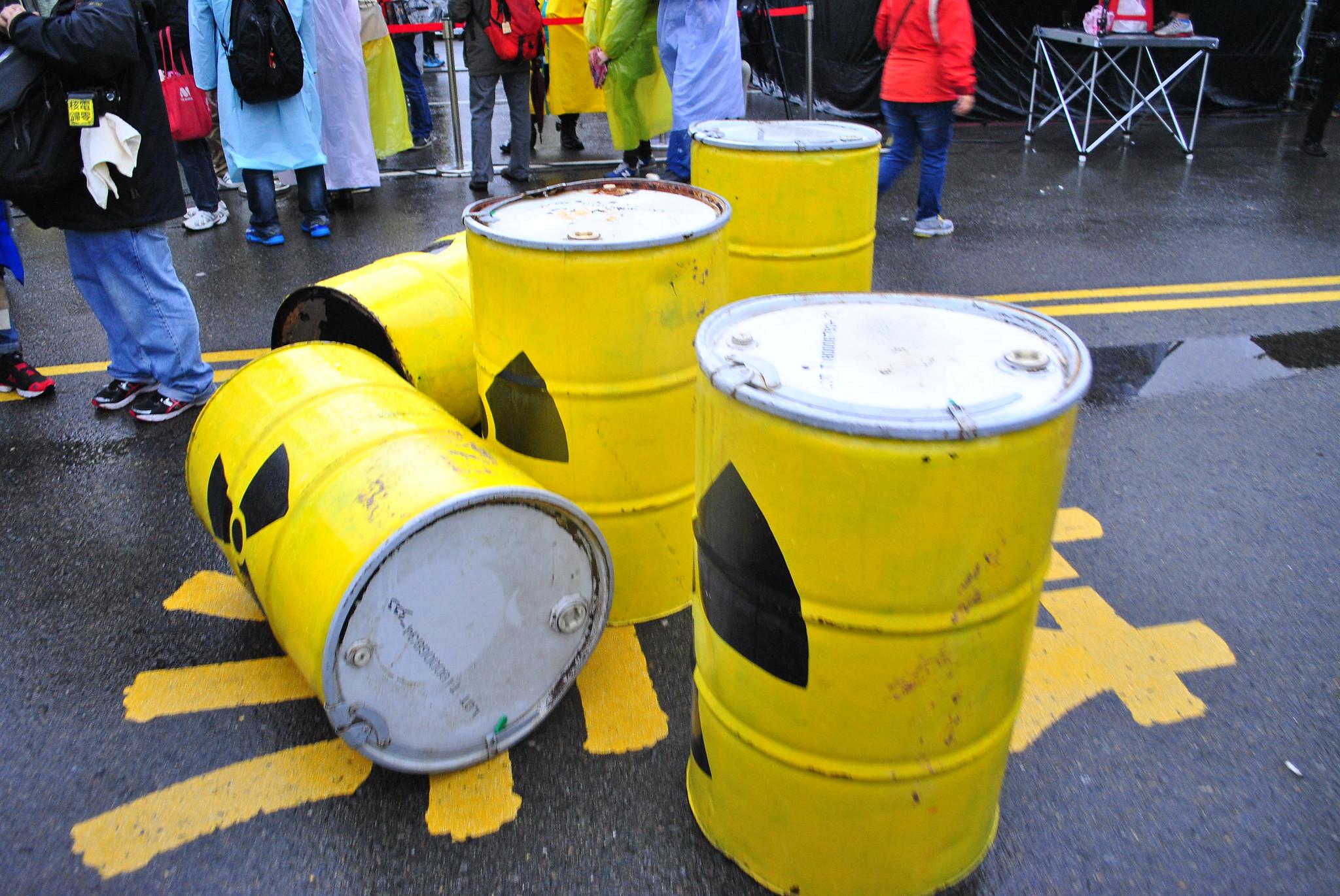 反核團體曾在台北街頭重置的核廢料桶道具。(資料照片)