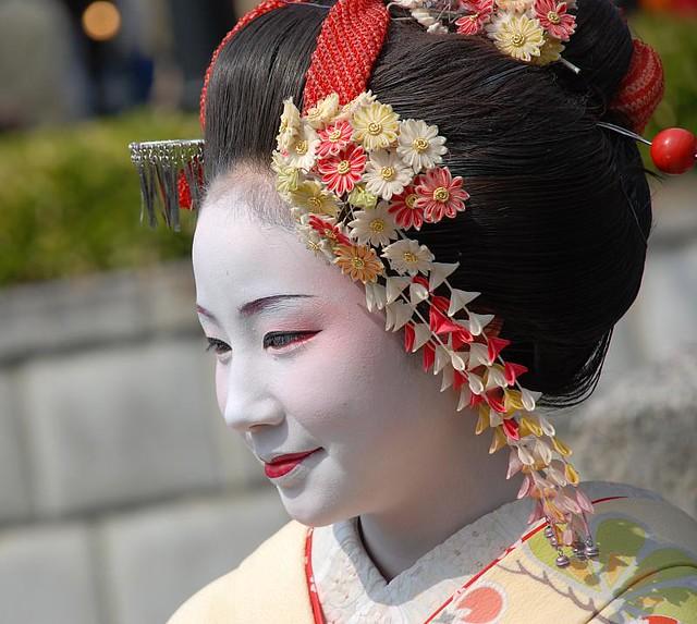 geisha no shes the a real geisha we spotted her at