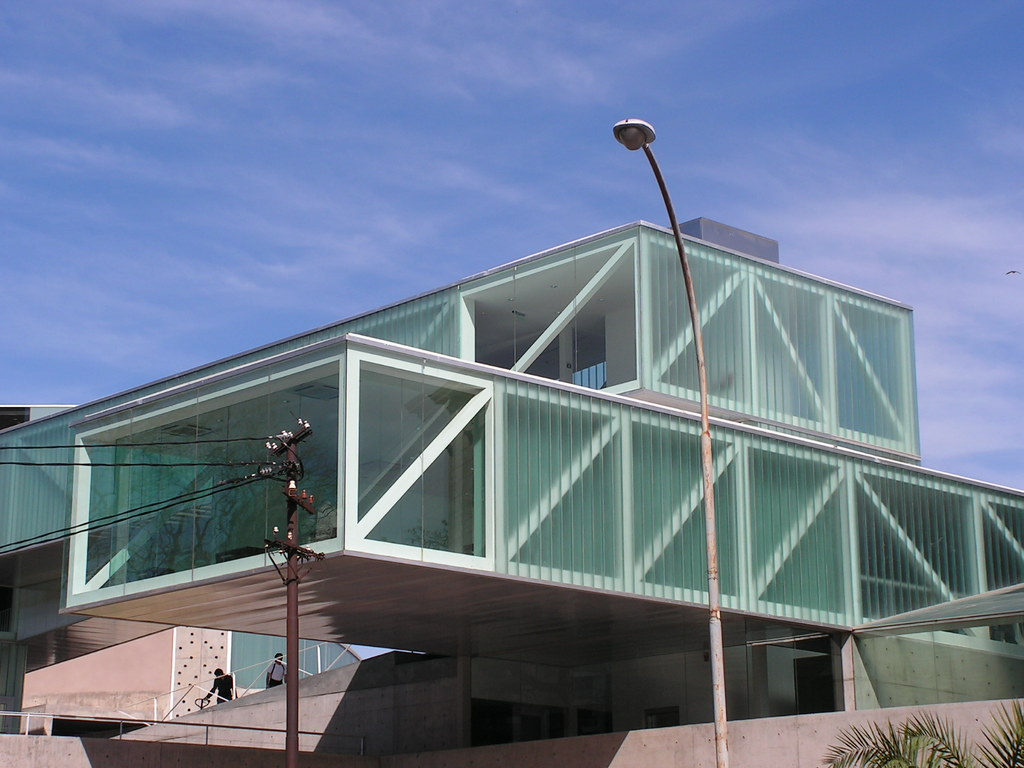 Cantilever Structure Glass Corner
