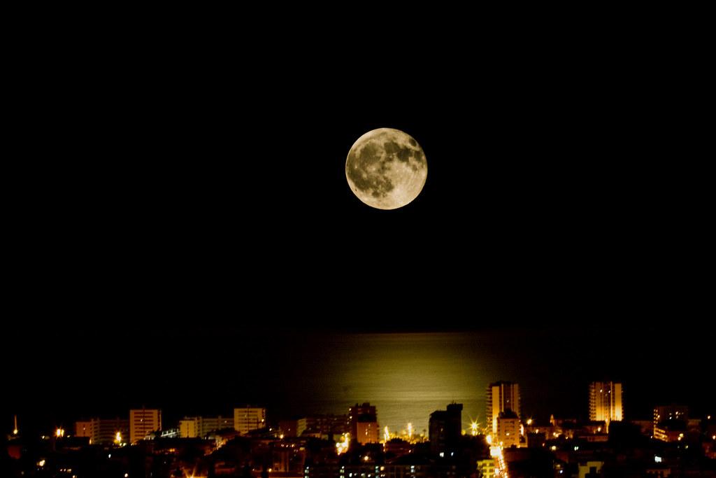 La Lluna Plena Enlluerna La Ciutat La Luna Llena Ilumina