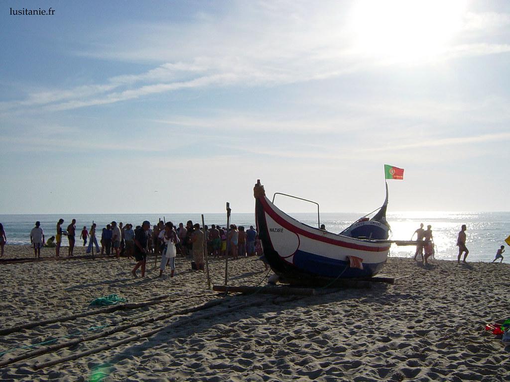 Bateau de pêche traditionnel sur la plage