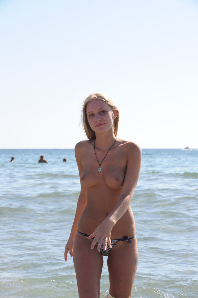 девушки нудистки на пляже эротич фото