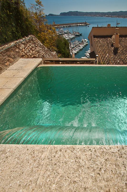 Cascada de agua en piscina piscina desbordante con gresite flickr - Agua de piscina verde ...