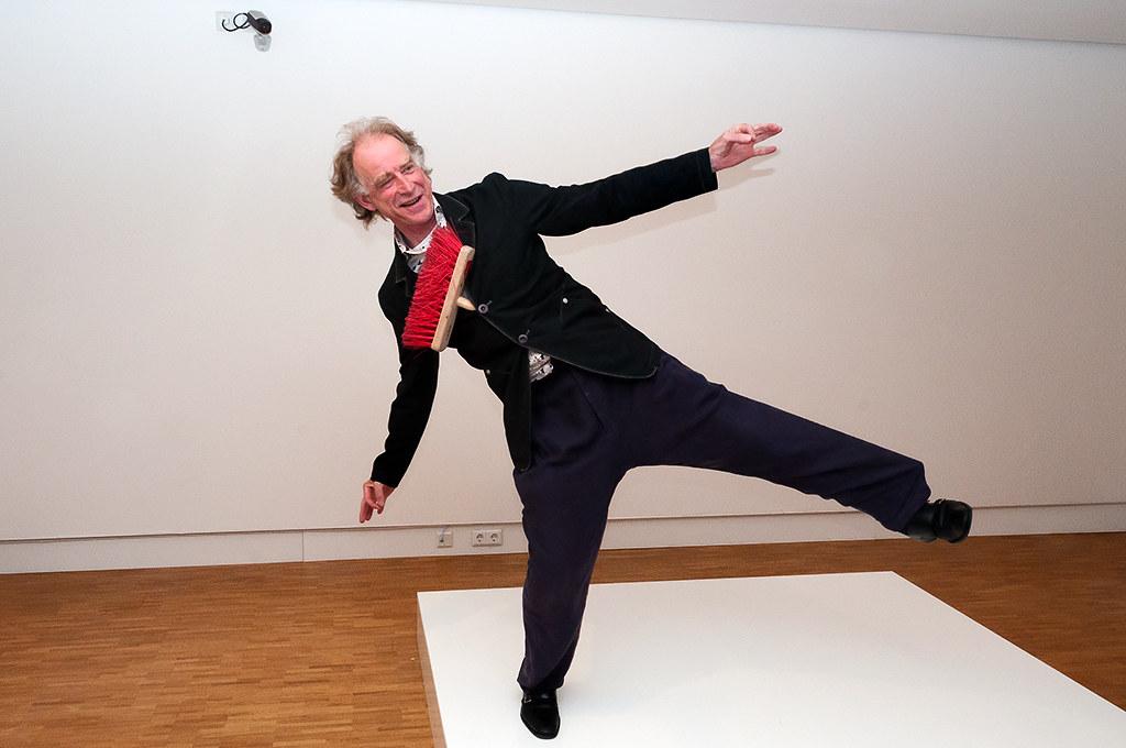 Erwin Wurm - One Minute Sculpture, 2011  Bezem, Bezoeker -9954