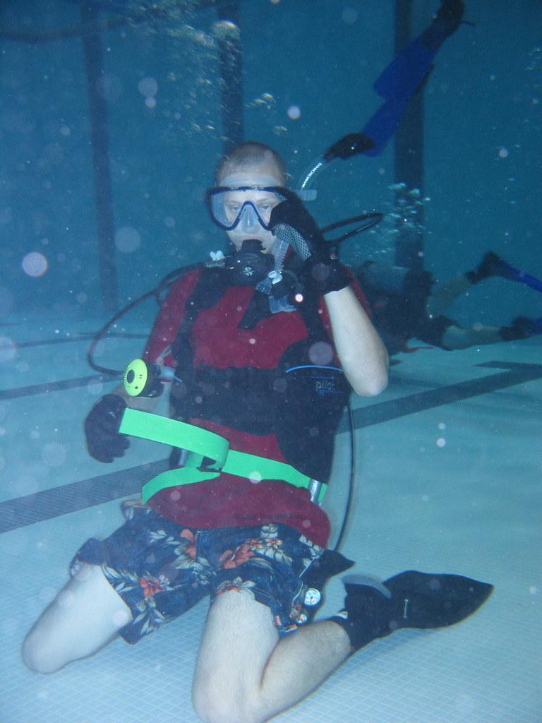 Img 2946 Jpg Aaron Lurks On The Bottom Diver 39 S Den Class Flickr