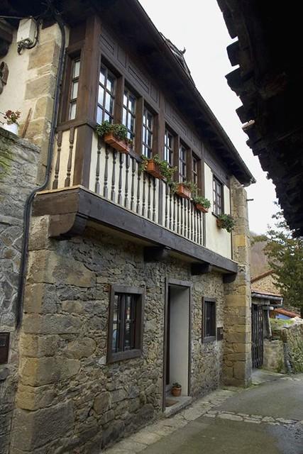 Casa de piedra y corredor de madera t pica construccion - Construccion casa de piedra ...