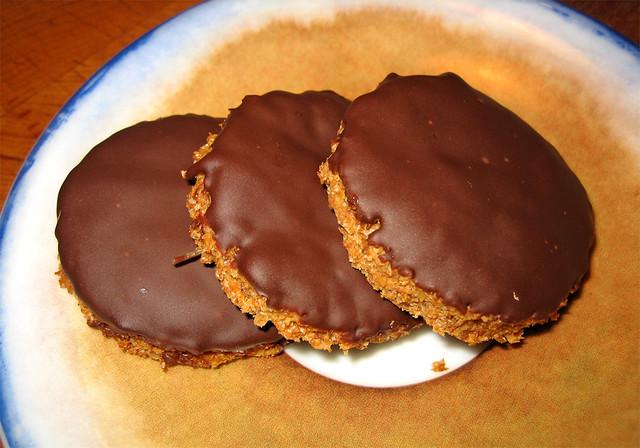 BISCOTTI digestive al cioccolato fondente | bagnati su un la… | Flickr