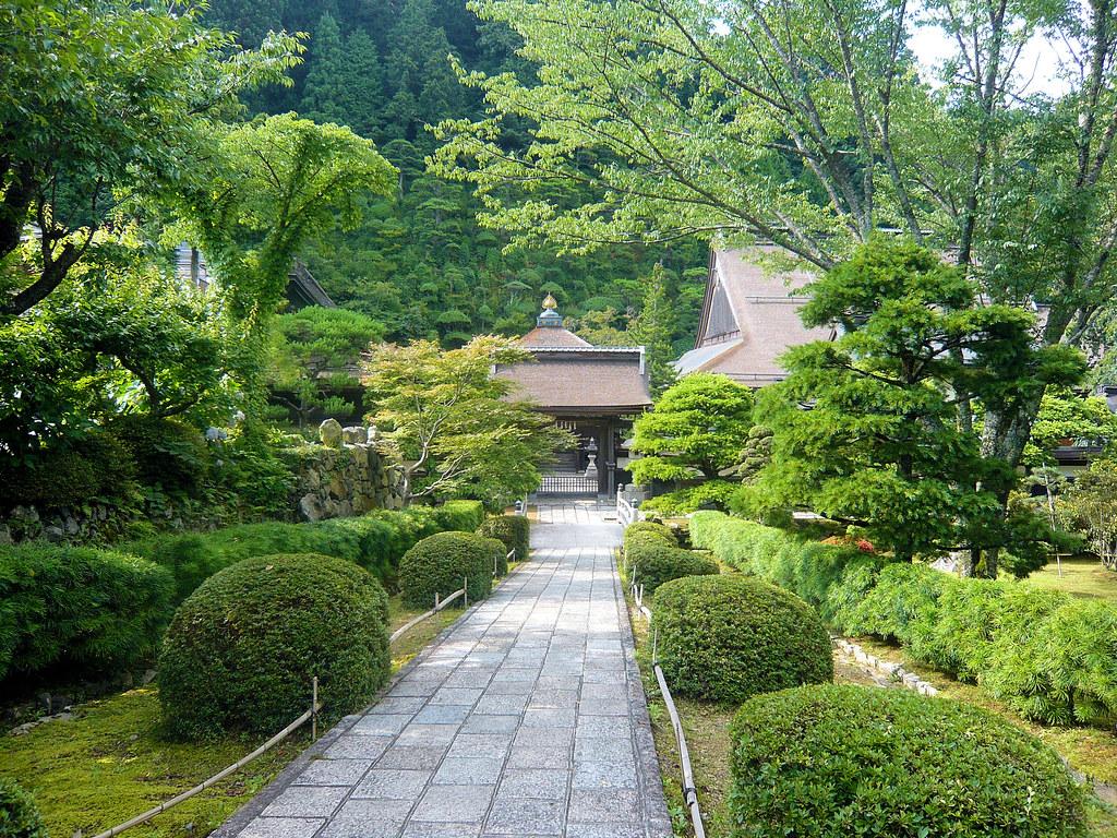 A small garden in koyasan docchewbacca flickr - Como hacer un jardin japones ...