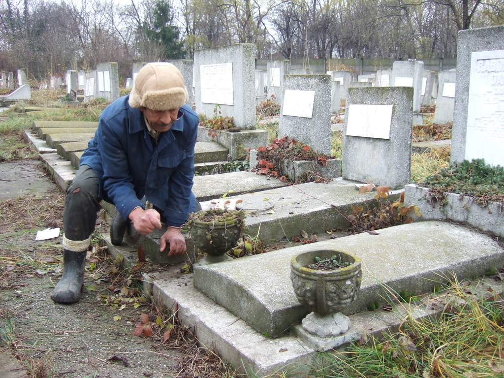 Cimitirului bellu spaniol bucuresti a workman cleaning for Kosher cleaning requirements