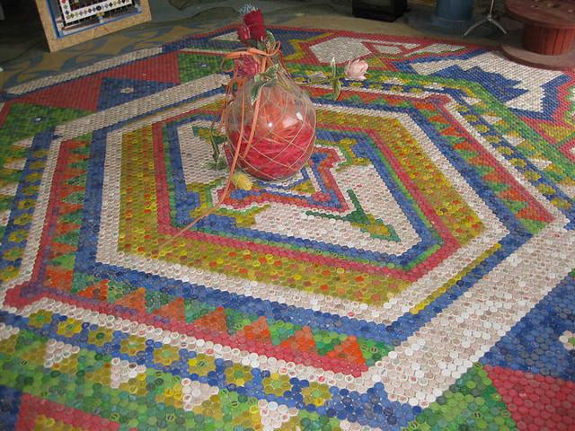 Piso feito de tampinhas de garrafa pl stica reynaldo for Unconventional flooring ideas