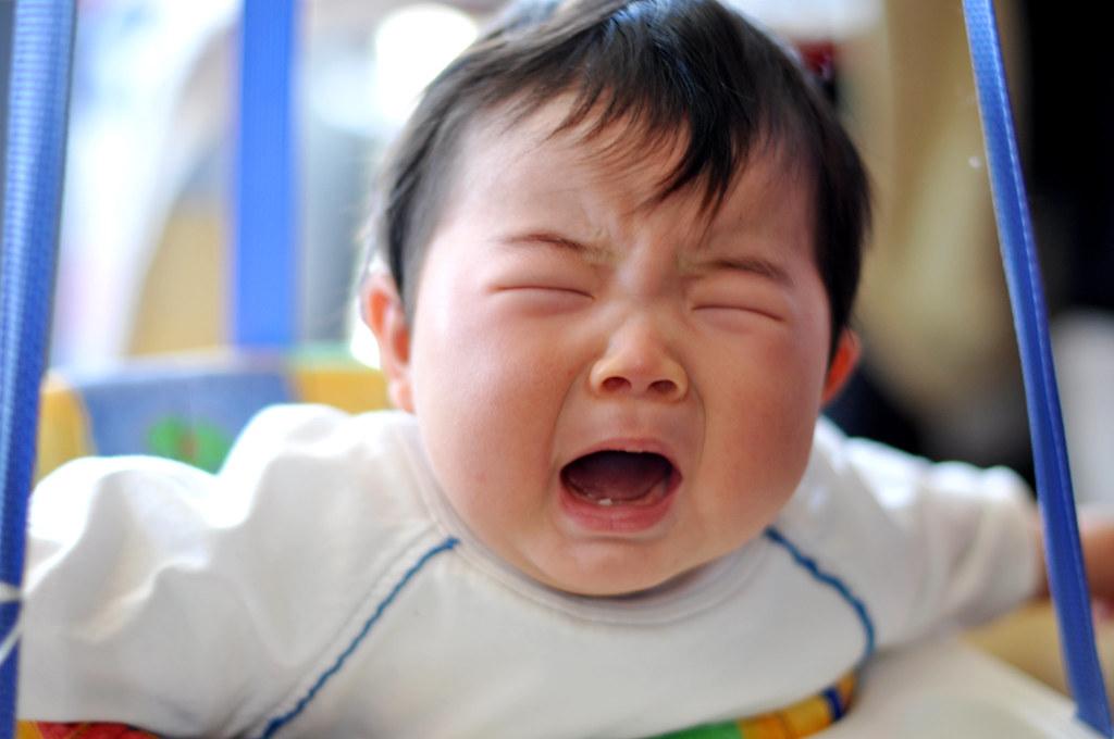 un bambino in primissimo piano che piange senza lacrime