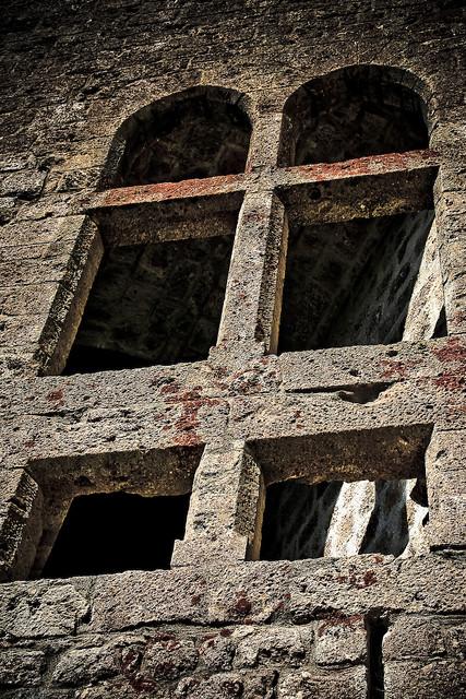 Ch teau de queribus fenetre gothique aude 11 1 flickr for Fenetre gothique