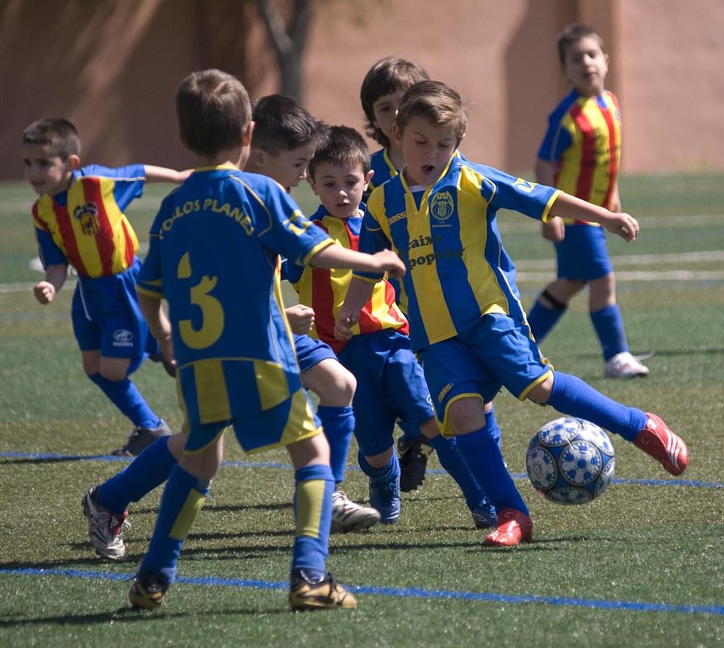 Niños jugando al futbol   Partido en Massamagrell Partido