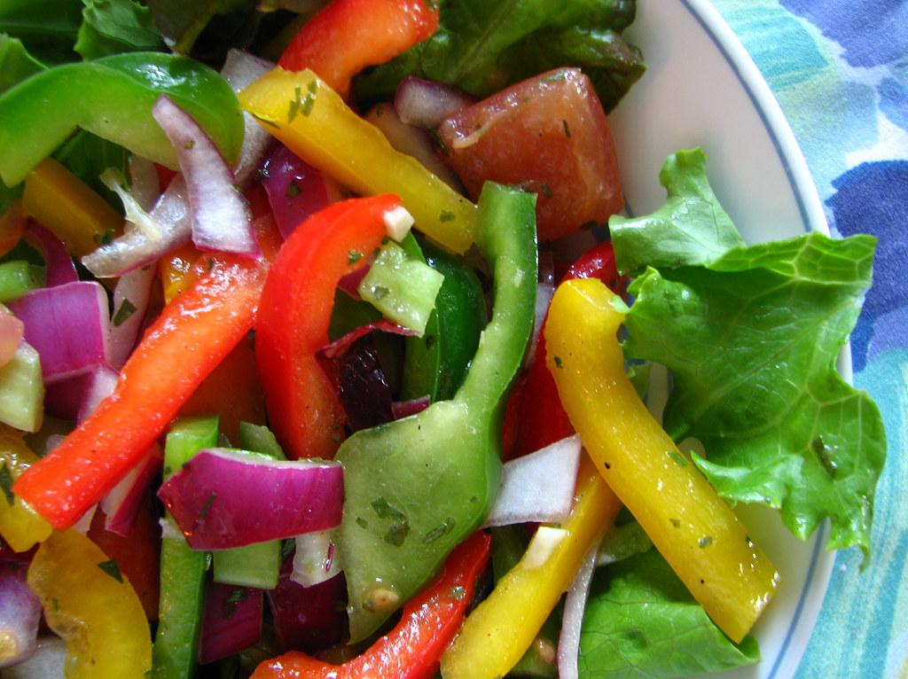 salade de poivrons verts rouges et jaunes avec tomates a. Black Bedroom Furniture Sets. Home Design Ideas