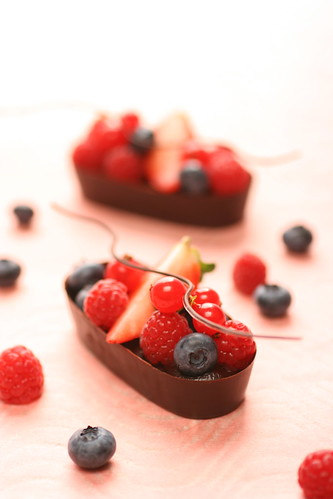chocolate boats for berries | by Miki Nagata (bananagranola)