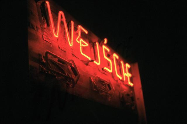 Wejscie = Entrée en polonais. Wyjscie = Sortie. Photo de Atomicules @ Flickr